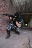 Soldat dans le masque noir visant avec un canon images libres de droits