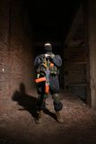 Soldat dans les munitions lourdes avec le fusil Image stock
