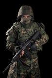 Soldat de forces spéciales avec le fusil sur le fond foncé photographie stock libre de droits