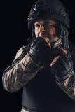 Soldat de forces spéciales avec le fusil sur le fond foncé photographie stock