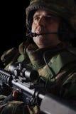 Soldat de forces spéciales avec le fusil sur le fond foncé photos stock