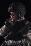 Soldat de forces spéciales avec le fusil sur le fond foncé image stock