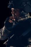 Soldat de forces spéciales avec le fusil sur le fond foncé images libres de droits