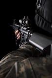 Soldat de forces spéciales avec le fusil sur le fond foncé photo stock