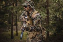Soldat de forces spéciales dans la forêt Images stock