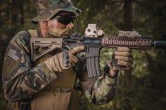 Soldat de forces spéciales dans la forêt Photos stock