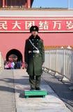 Soldat de garde d'honneur avant l'entrée de la porte de la paix merveilleuse, Cité interdite dans Pékin Photo libre de droits