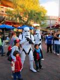 soldat de Guerres des Étoiles avec les enfants chez Disneyland, Los Angeles photographie stock