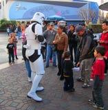 soldat de Guerres des Étoiles avec les enfants chez Disneyland, Los Angeles image stock