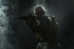 Soldat de l'armée américaine sous la pluie photographie stock