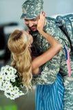 Soldat de réunion d'épouse à l'aéroport Photos libres de droits
