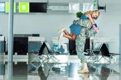 Soldat de réunion d'épouse à l'aéroport Image libre de droits
