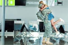 Soldat de réunion d'épouse à l'aéroport Images stock