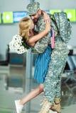 Soldat de réunion d'épouse dans l'aéroport Image stock