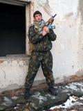 Soldat debout de dissimulation au-dessus de mur Image libre de droits