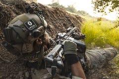 Soldat in den Bergen während der militärischen Operation Stockbilder