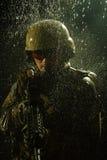 Soldat der AMERIKANISCHEN Armee im Regen lizenzfreie stockbilder