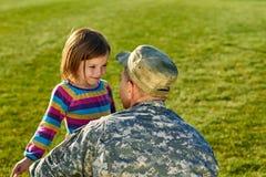 Soldat der AMERIKANISCHEN Armee mit kleiner Tochter im Park Lizenzfreies Stockfoto