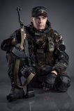 Soldat, der auf dem Boden sitzt Stockbilder
