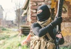 Soldat, der auf dem feindlichen Land kämpft lizenzfreie stockfotografie