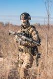 Soldat, der auf den Gebieten geht Stockbild