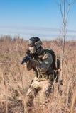 Soldat, der auf den Gebieten geht Lizenzfreie Stockfotos