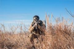 Soldat, der auf den Gebieten sitzt Lizenzfreie Stockbilder