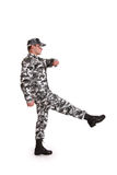 Soldat, der auf einen weißen Hintergrund marschiert Lizenzfreie Stockfotos