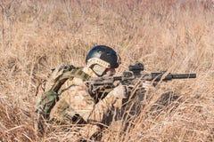 Soldat, der in Büsche zielt Lizenzfreies Stockbild