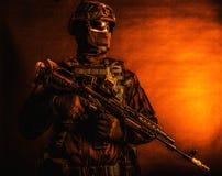 Soldat der besonderen Kräfte, der mit Service-Gewehr aufwirft stockfotos
