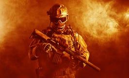 Soldat der besonderen Kräfte im Feuer Stockbild