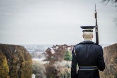Soldat, der an der Aufmerksamkeit steht Lizenzfreie Stockbilder