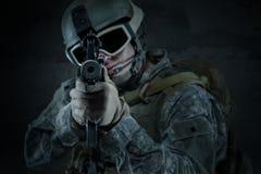 Soldat, der ein Gewehr auf Sie abzielt Lizenzfreie Stockfotografie