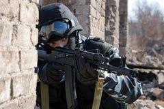 Soldat, der ein Ziel mit einem automatischen Gewehr zielt Lizenzfreie Stockfotos