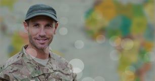 Soldat, der gegen undeutliche Karte mit bokeh lächelt Stockfotos