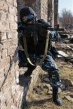 Soldat, der mit automatischem Gewehr anvisiert