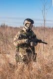 Soldat, der mit Gewehr geht Stockfoto