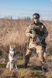 Soldat, der mit Hund aufwirft Lizenzfreies Stockbild