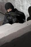Soldat, der mit a.m. - Gewehr 4 zielt Lizenzfreies Stockbild