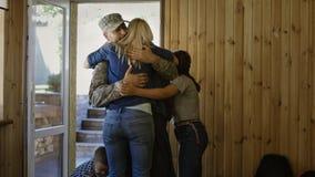 Soldat, der nach Hause mit glücklicher Familie hereinkommt lizenzfreies stockbild