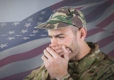 Soldat, der seinen Mund mit seinen Händen vor amerikanischer Flagge versteckt Stockfotos
