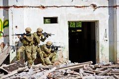Soldat in der Tätigkeit Stockbild