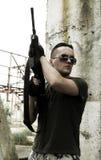 Soldat in der Tarnung und in den Gläsern stockfoto