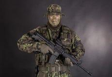 Soldat in der Tarnung und in der modernen Waffe M4 Lizenzfreies Stockbild