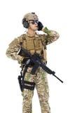 Soldat, der tragbaren Radiosender spricht Lokalisiert auf Weiß Lizenzfreies Stockfoto
