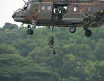 Soldat, der vom Hubschrauber abstößt Lizenzfreie Stockbilder