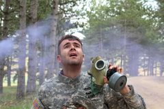 Soldat, der während eines chemischen Angriffs schreit stockfotos
