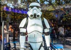 Soldat des Guerres des Étoiles dans l'exposition-fenêtre du magasin de jouet paris Images libres de droits