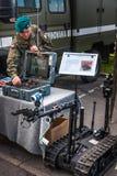 Soldat du génie au tableau de commande de la SERRE de robot Image stock