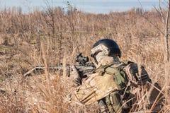 Soldat in einheitlichem Zielen NATOs Lizenzfreie Stockbilder